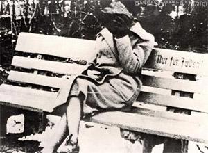 """ספסל עליו נכתב """"רק ליהודים"""", גרמניה"""
